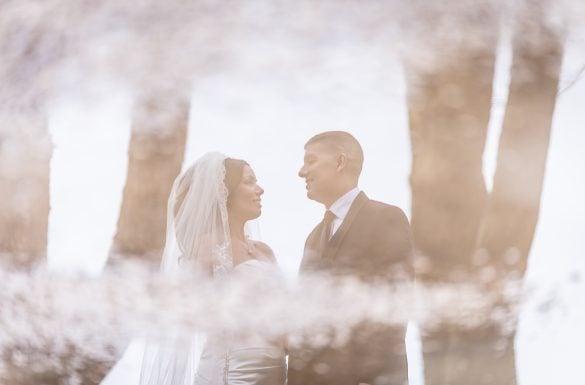 Reflet d'un couple marié dans une flaque d'eau