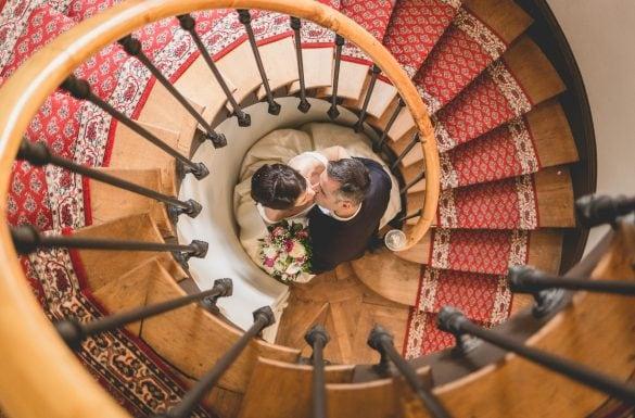 Couple mariés design au milieu d'un escalier en colimaçon