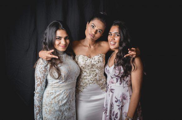 Portrait de la mariée et de 2 femmes devant un fond noir