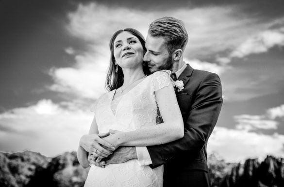 Couple mariés enlacé