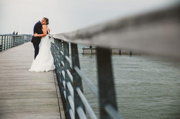 Mariés sur un pont à la Rochelle