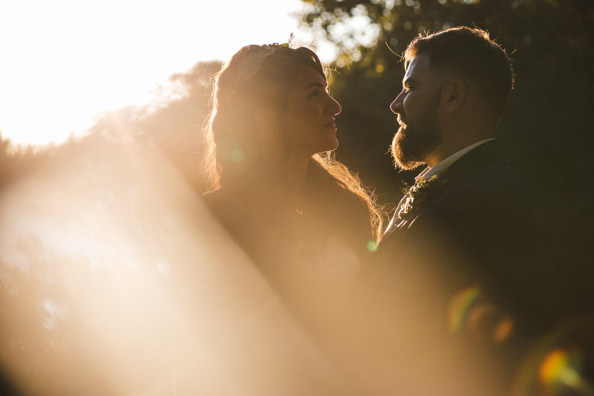 Contre jour, mariés se regarde, mariage moody