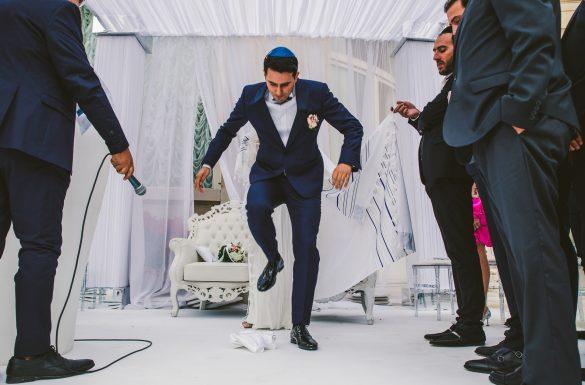 Mariage Juif, le marié casse un verre