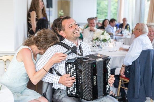 Accordéoniste cocktail mariage, éclat de rire, mariage heureux