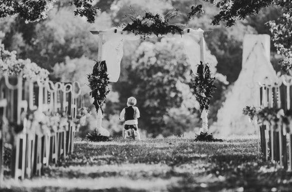 Enfant bicyclette pendant cérémonie laique