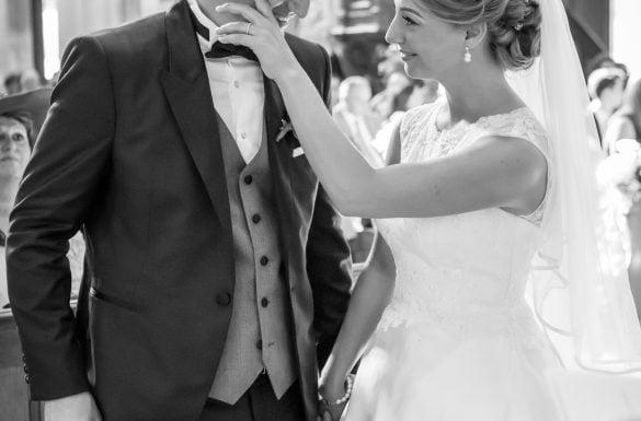 Mariage église, couple tendre, émotion