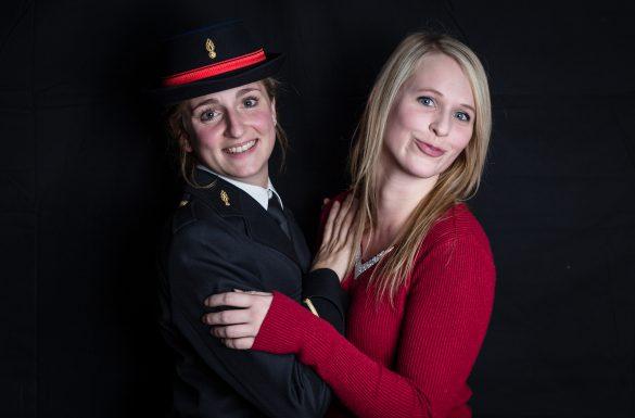 Portrait de 2 jeunes femmes devant un fond noir