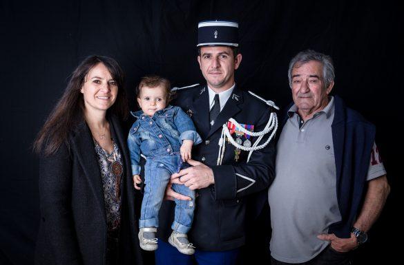 Portrait de famille devant un fond noir