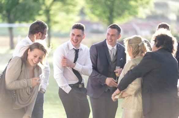 Photographe de mariage, marié et invités heureux pendant le cocktail, vin d'honneur