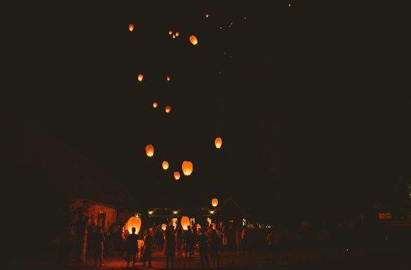 Lanterne mariage pendant la soirée