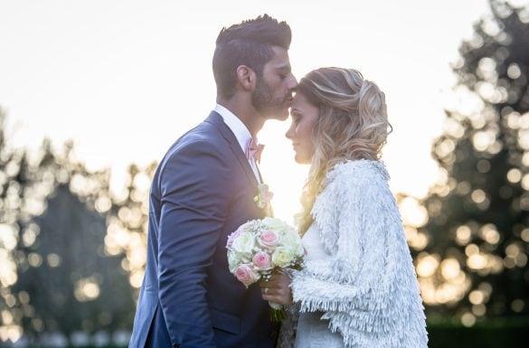 Photographe de mariage, couple tendre, le marié embrasse sa femme sur le front