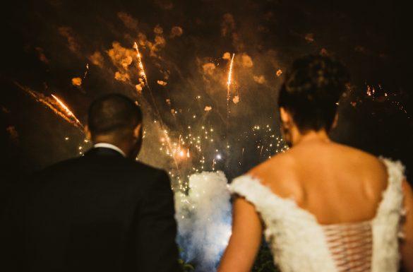 Photographe de mariage, feux d'artifice pendant la soirée, les mariés main dans la main