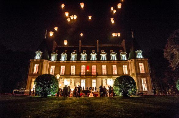 Photographe de mariage, lanterne pendant la soirée devant le château et une Mustang