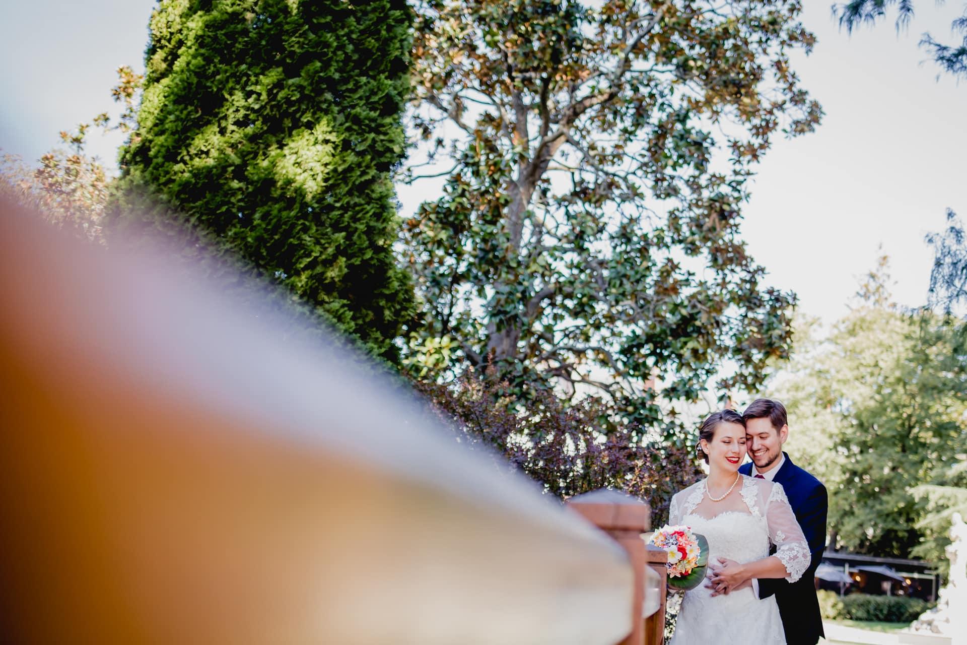 Shooting mariage, couple sur un pont, mariés tendre